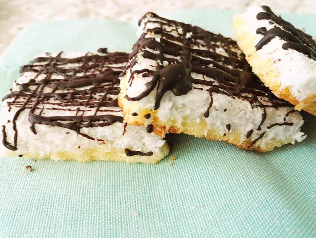 Mini batoane cu nuca de cocos si biscuit